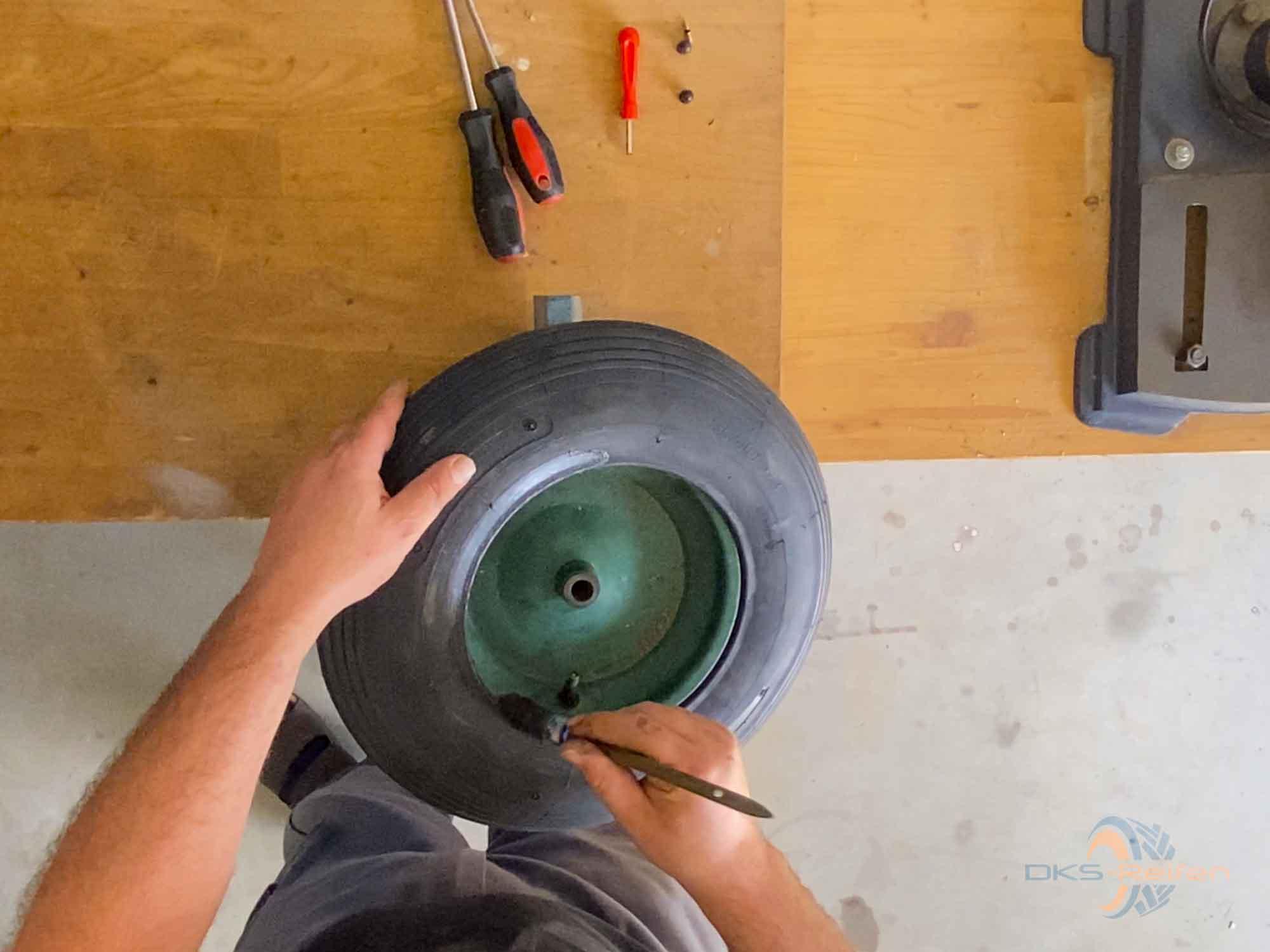 Schubkarrenrad wechseln: Einfetten mit Montagepaste