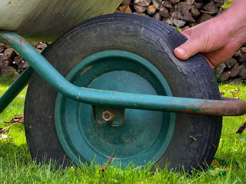 Schubkarre: alter rissiger Reifen