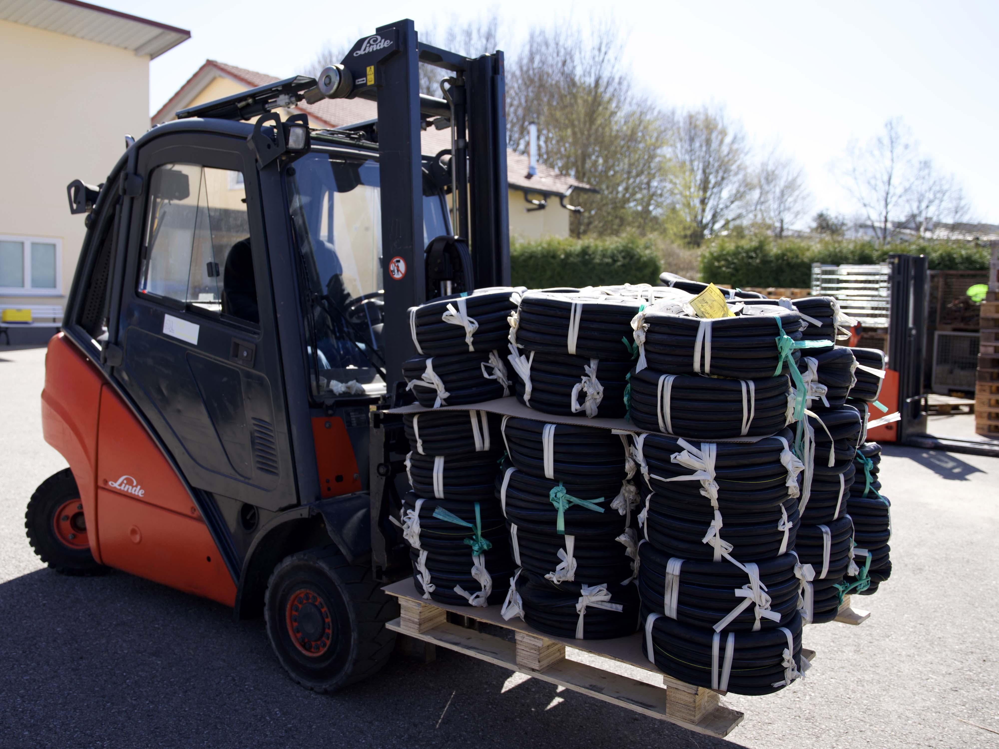 Transport von Reifenbündeln mit dem Gabelstapler