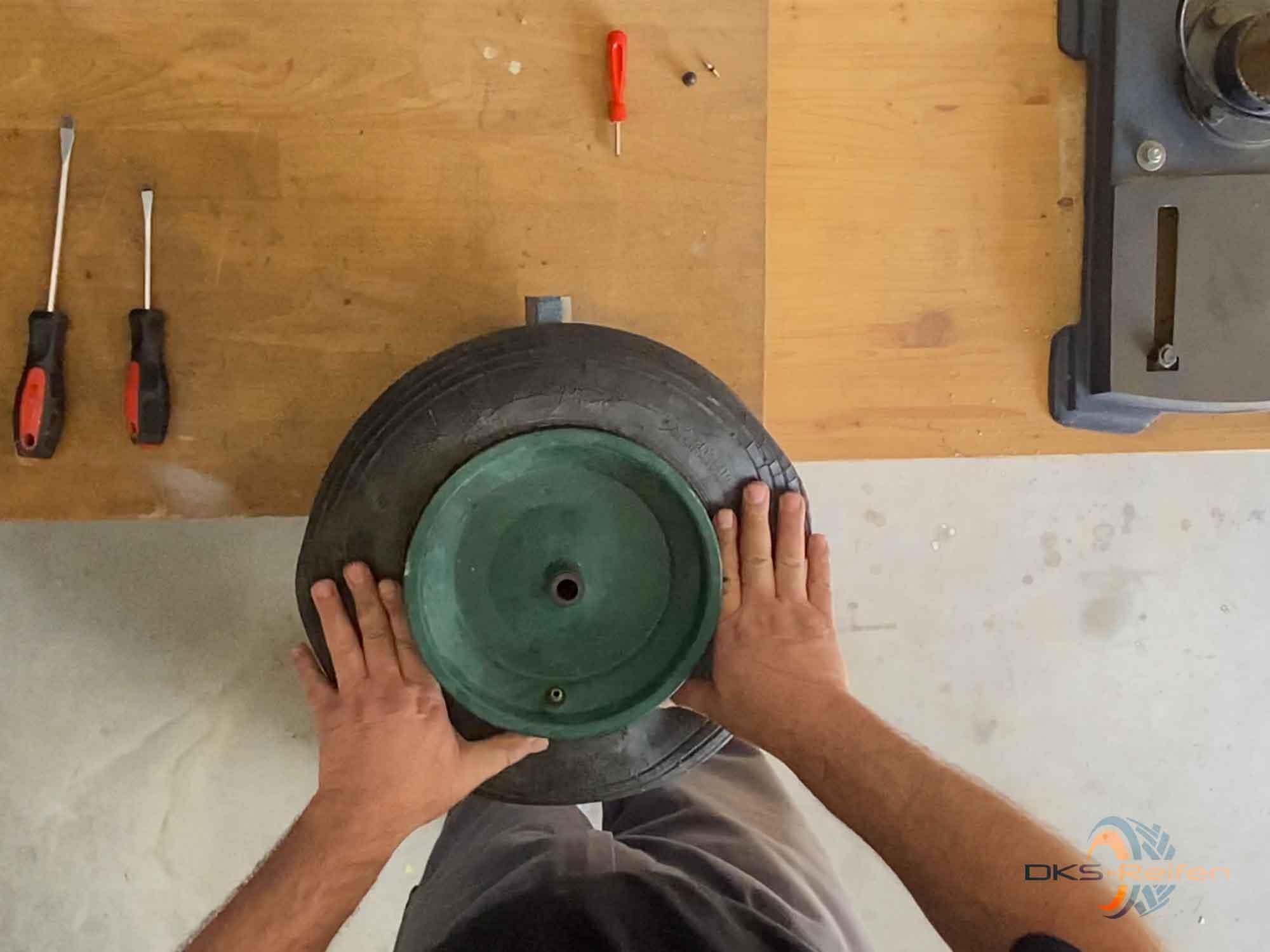 Schubkarrenrad wechseln: Demontage von Hand