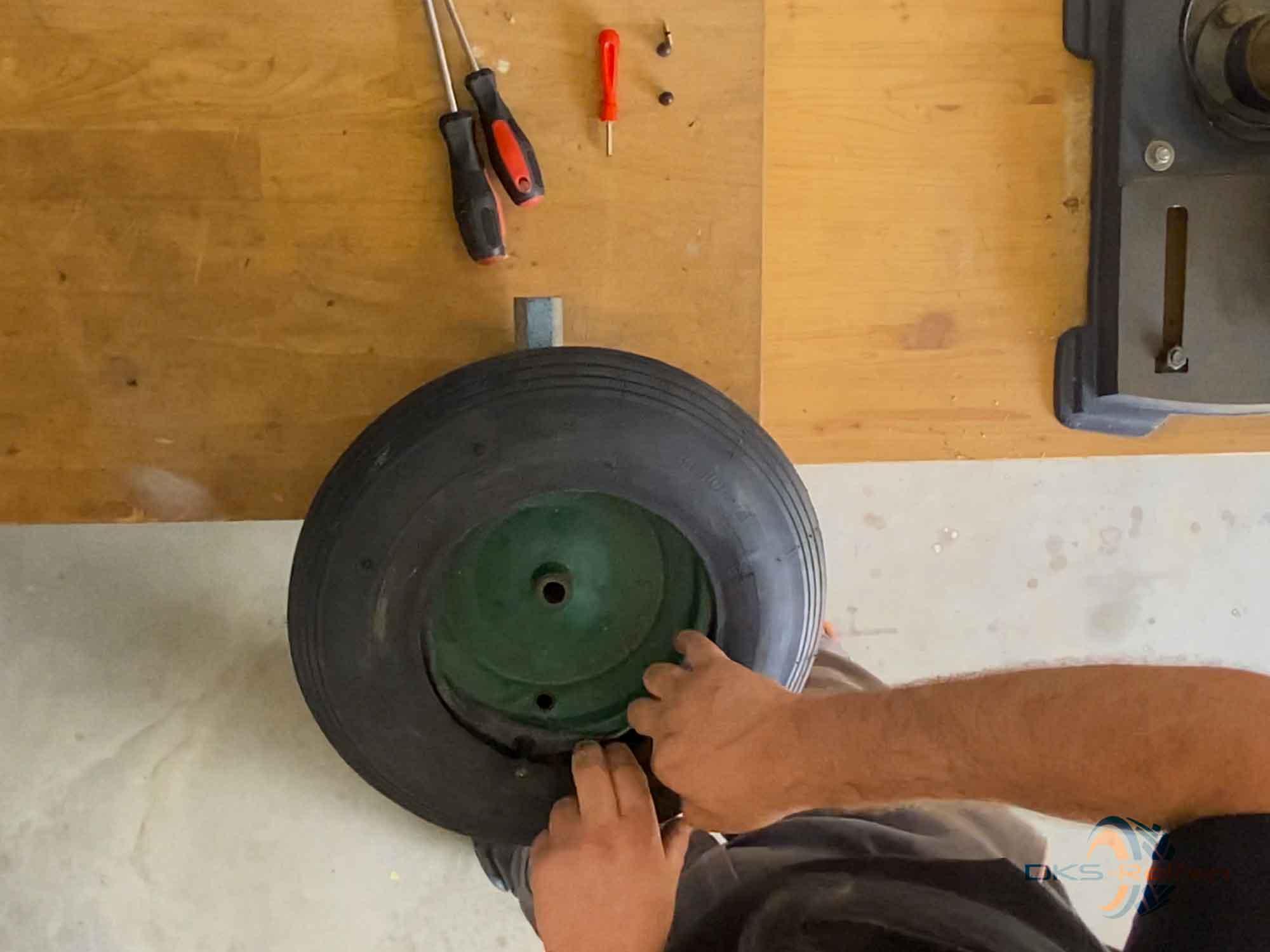 Schubkarrenrad wechseln: Schlauch in Position bringen