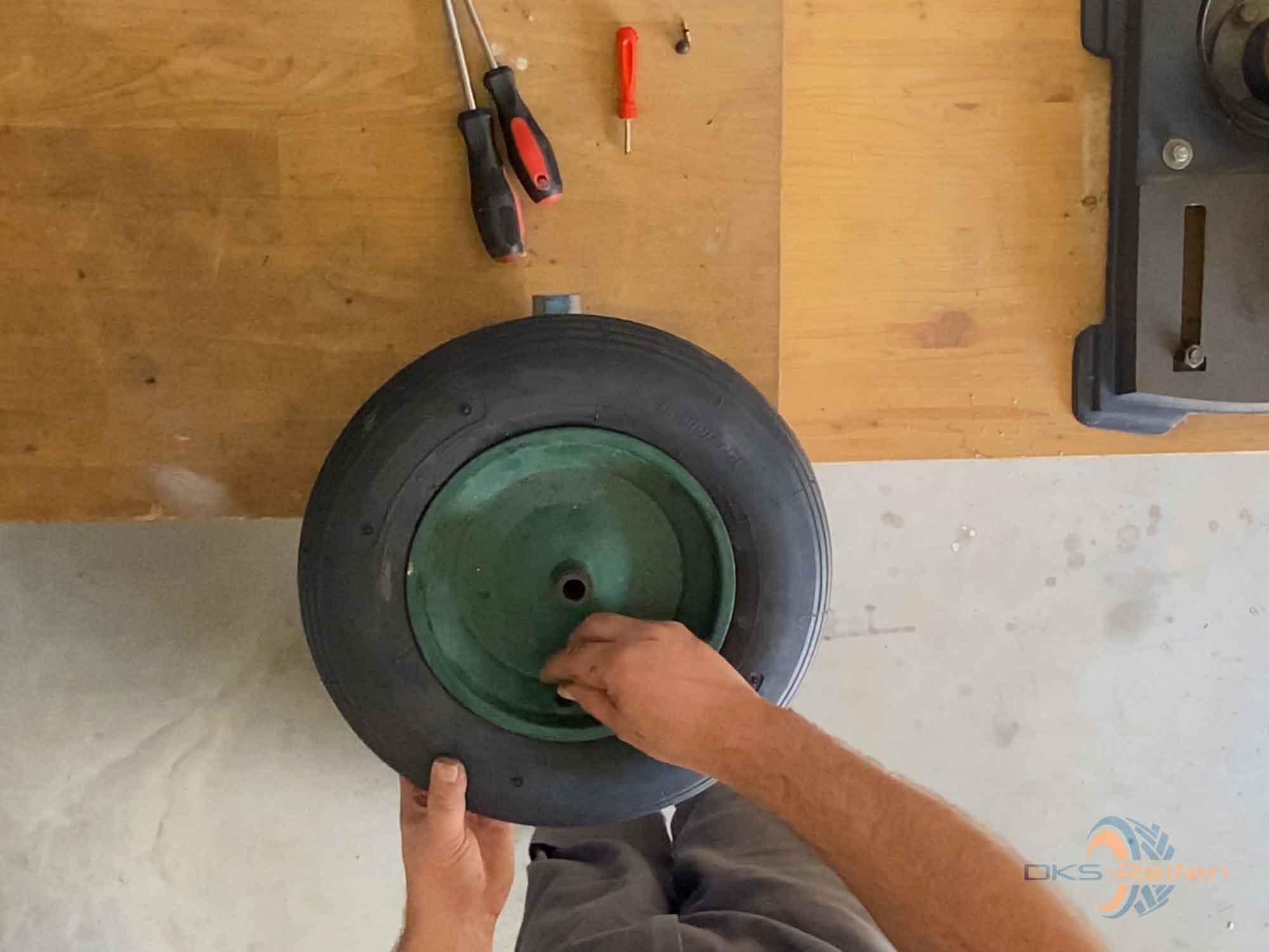Schubkarrenrad wechseln:  Ausschrauben des Ventils