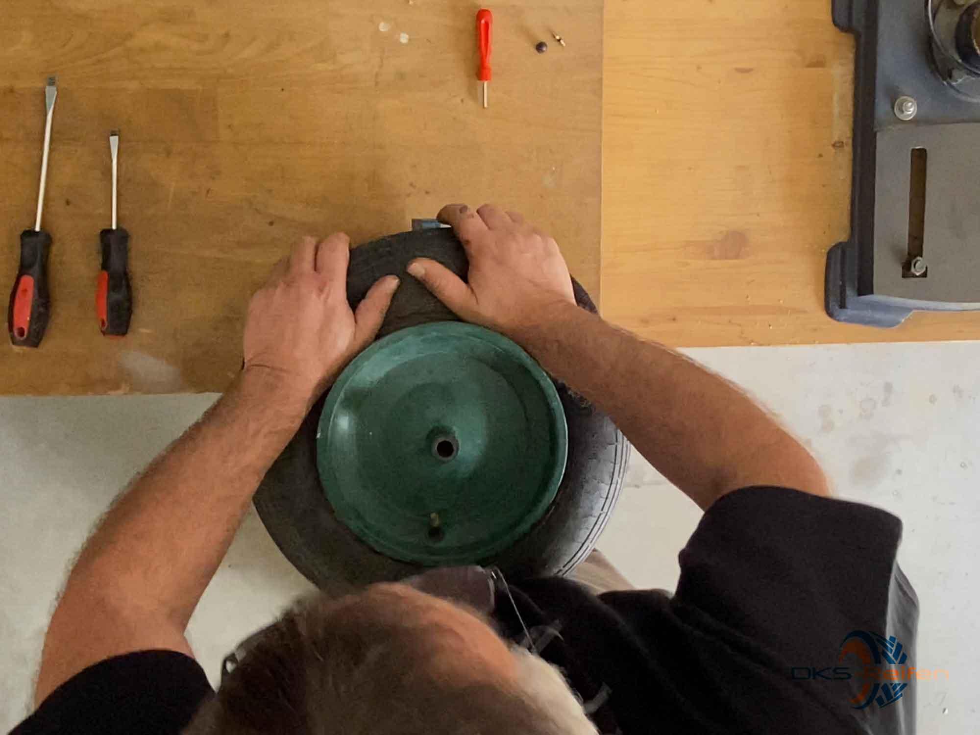 Schubkarrenrad wechseln: Demontage - Abrdücken des Reifens