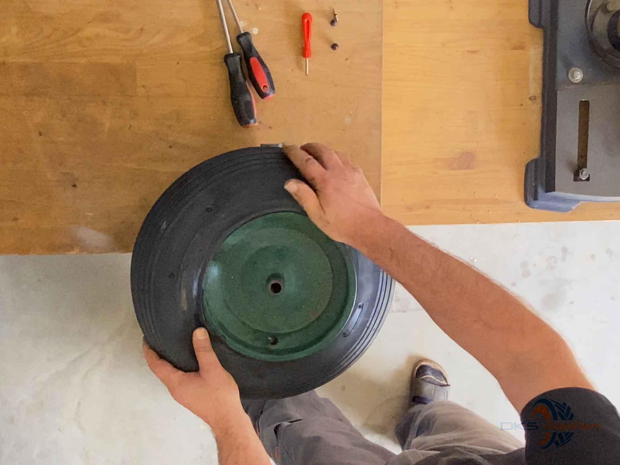 Schubkarrenrad wechseln: Reifen ansetzen