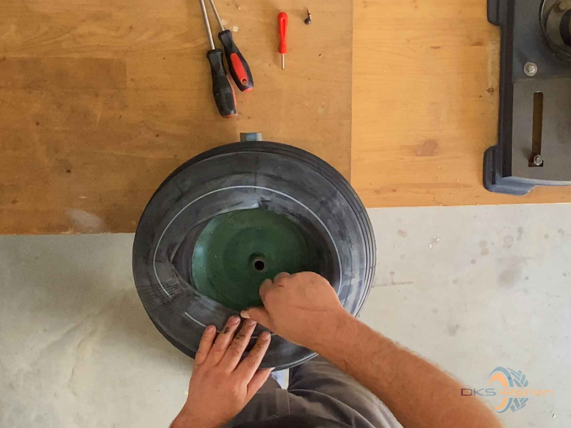 Schubkarrenrad wechseln: Schlauch einlegen Vorbereitung
