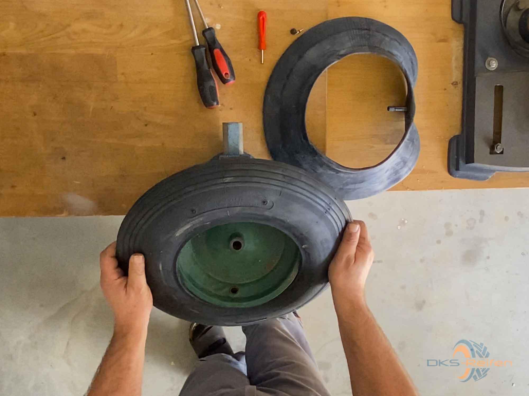Schubkarrenrad wechseln: Neuen Reifen montieren