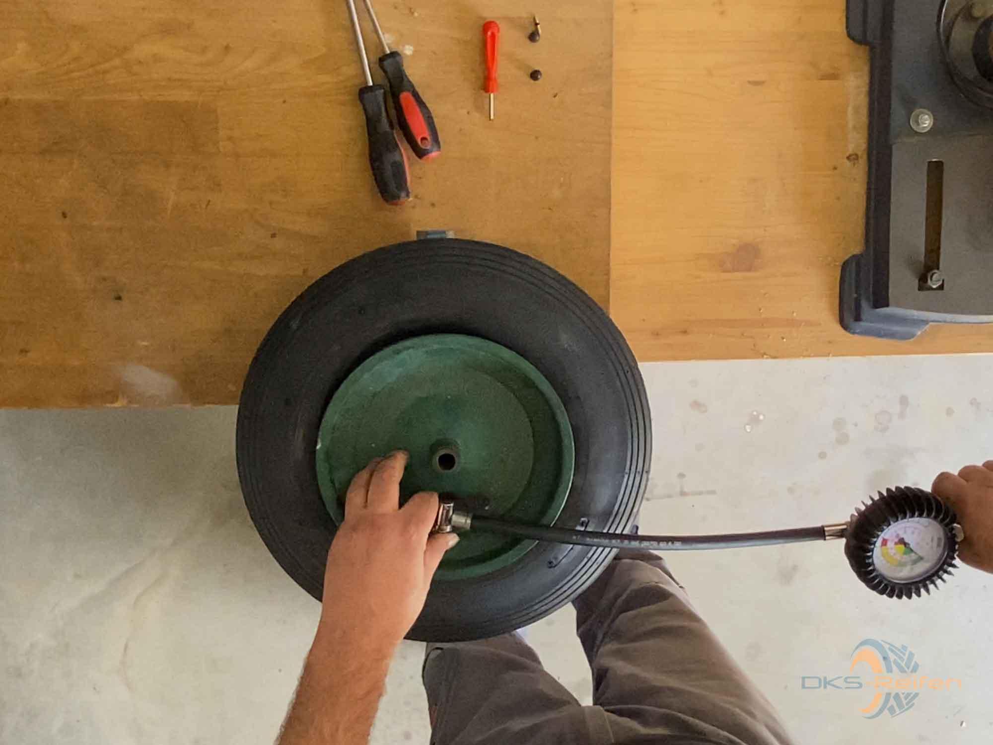 Schubkarrenrad wechseln:  Befüllen mit Luft