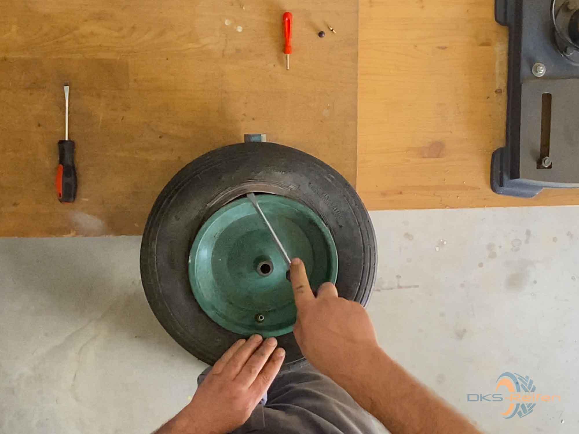 Schubkarrenrad wechseln: Demontage mit einem Schraubendreher